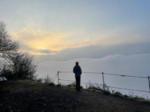 Sonnenaufgang über dem Wolkenmeer beim Trekking auf dem Moselsteig – jetzt mehr lesen im Blogbeitrag von Roaming for roots